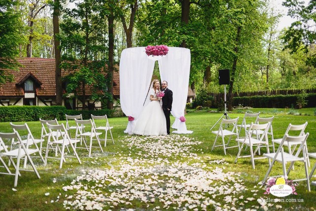 арка ротонда для виїзної церемонії шлюбу