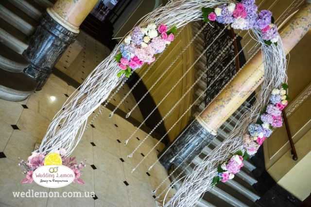 півкоугла арка з білого гілля на церемонію шлюбу