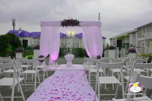 Складний стільчик в оренді для церемонії шлюбу