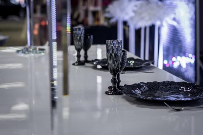 Оренда посуду для ідеальної сервіровки столів підтарільниками та кольоровими бокалами