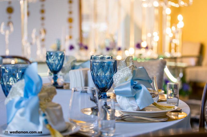 Сині бокали у весільному декорі