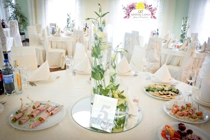 Дзеркальні номерки на столах гостей