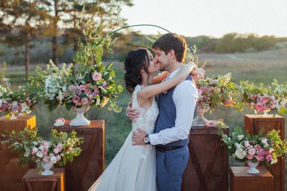 Весільна церемонія на природі