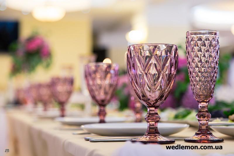Рожеві бокали на весілля декор