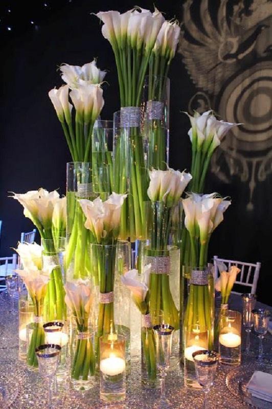 Вази з квітами на гостьових столах