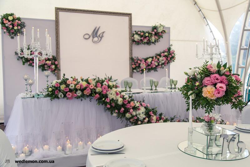 Декор на весілля, оформлення столу молодих квітами та підсвічниками зі свічками