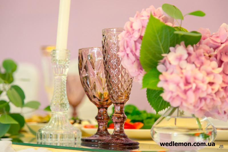 Рожево фіолетові бокали на весілля як декор