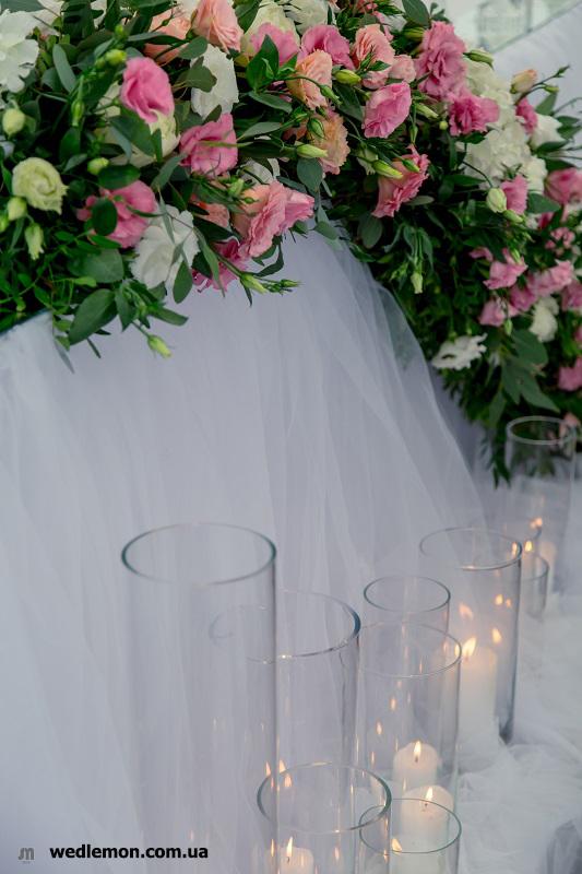 Оформлення столу молодят спадаючою композицією квіти на весь стіл