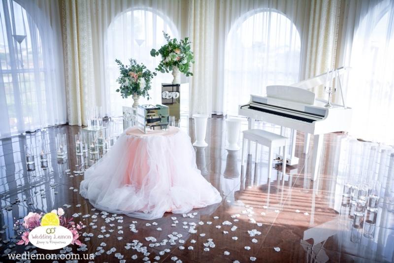 Біле піаніно як елемент декору для церемонії
