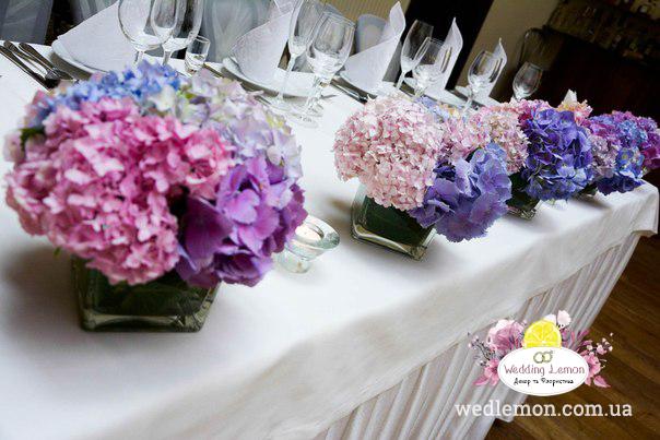 Вази на весілля з ніжно голубих та ніжно рожевих гортензій