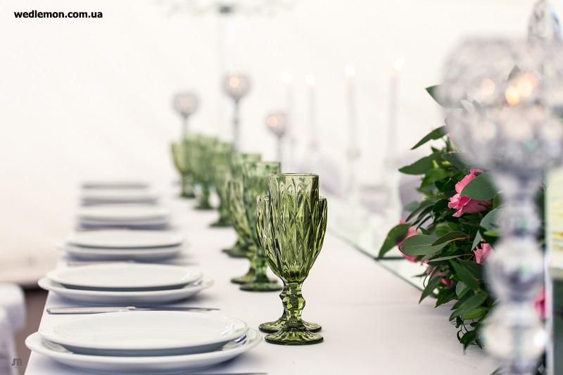 Оформлення столів, зелені бокали