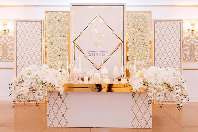 оформлення столу молодят в золотих відтінках золоте дзеркало