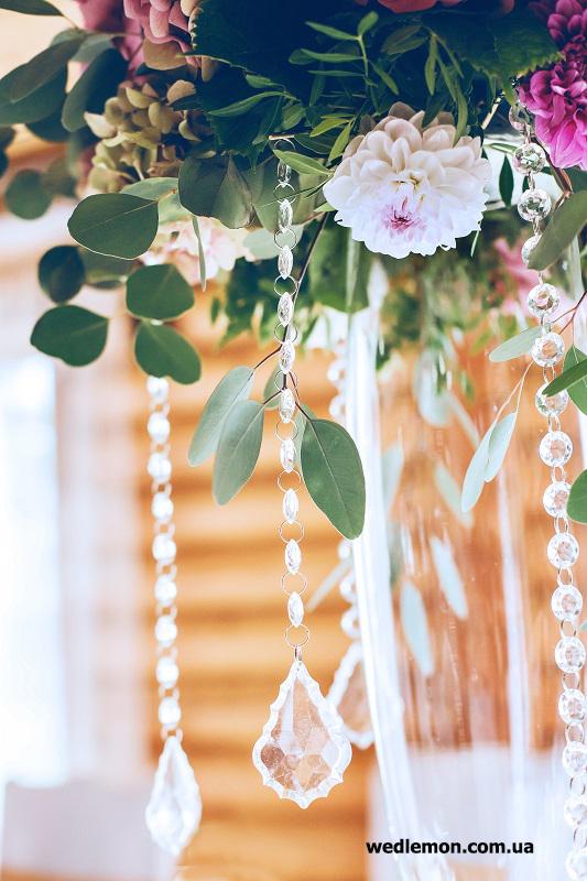 кришталь спадаючий з квіткових композицій на гостьових столах