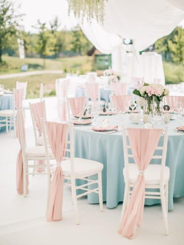 Кольорові скатертини на столах
