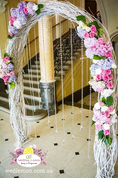 Арка з білих гілочок на весілля