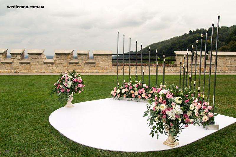 Круглий подіум для виїзної церемонії шлюбу з глянцю