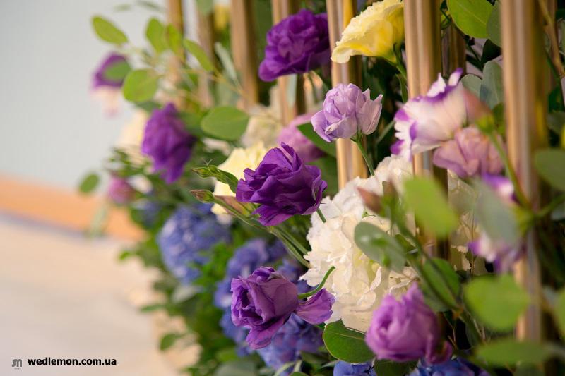 золоті елементи декору з весільною флористикою