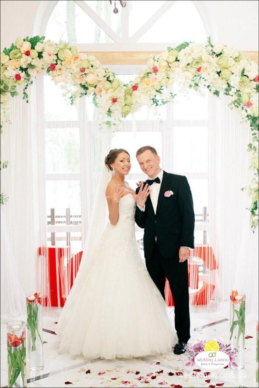Весільна арка в квітах