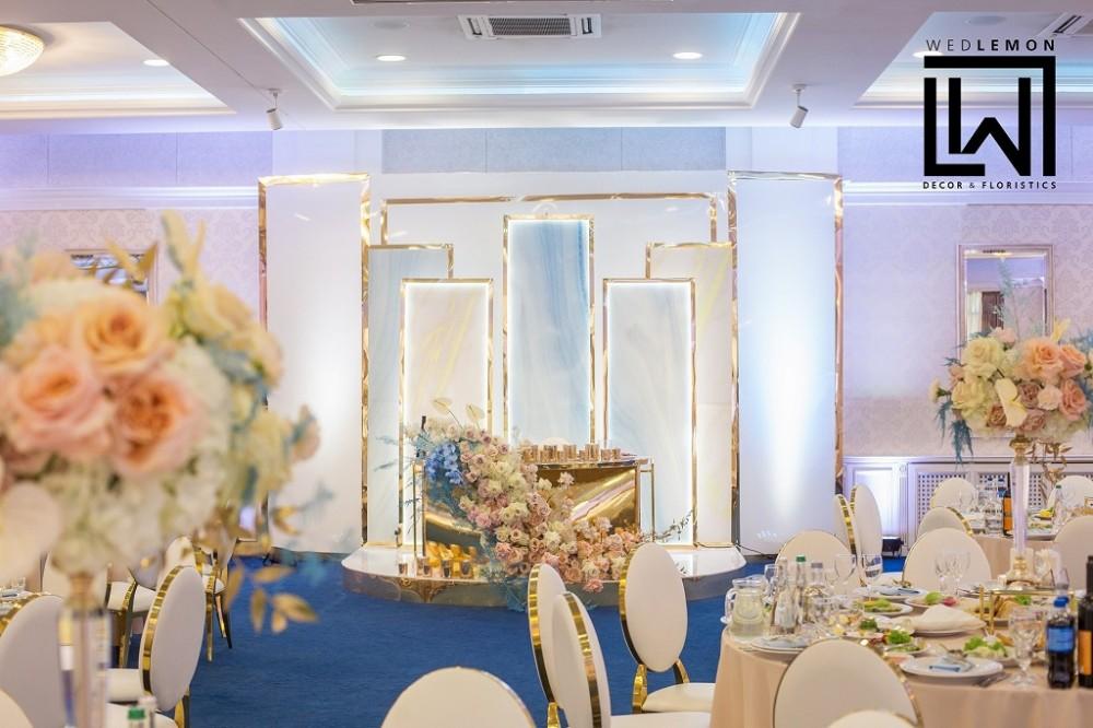 Ніжні відтінки в оформленні зони наречених на весілля в блакитних та пісочних кольорах