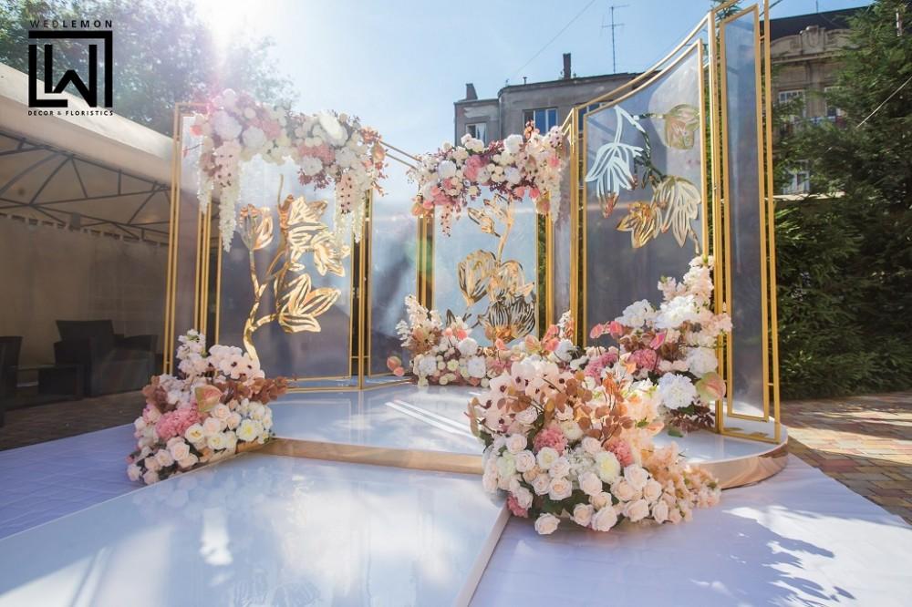 Стіл молодих на дві персони, оформлення столу молодих квітами