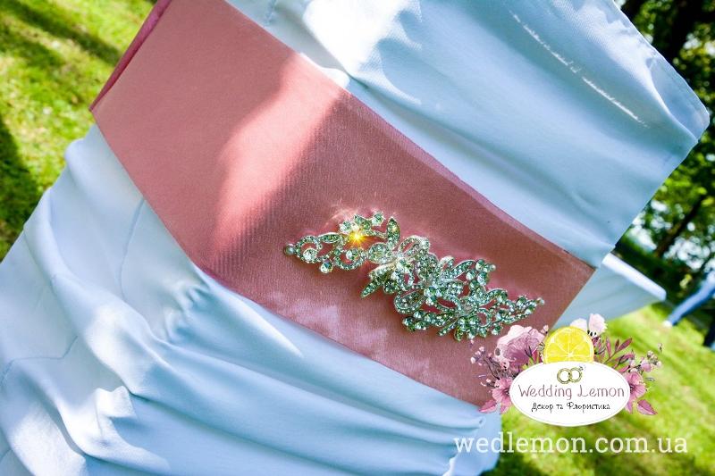 стійка на весілля з брошкою