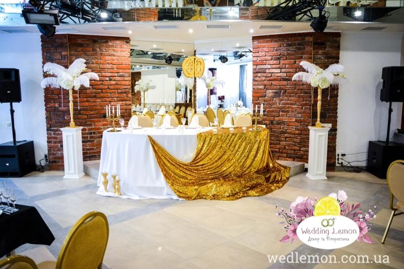 композиції з білого піря на столах гостей