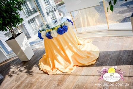 привітальний столик з квітами стіл для торту з квітів