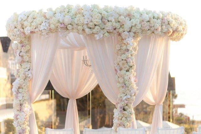 Арка з квітів на весілля
