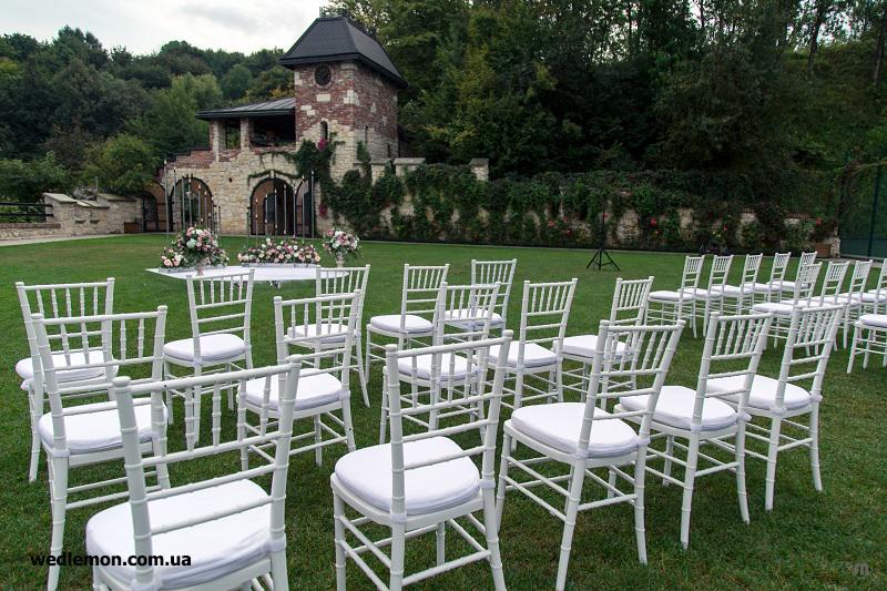 Chiavari білі на весілля та інше свято оренда у Львові