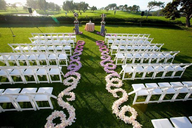 Доріжка з пелюстків на виїзну церемонію шлюбу