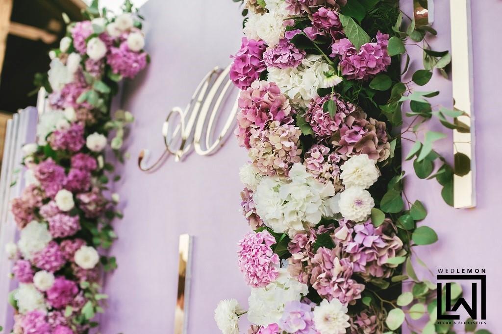 Квіткова фотозона весілля