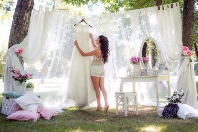 Ранок нареченої оформлений на природі біля озера