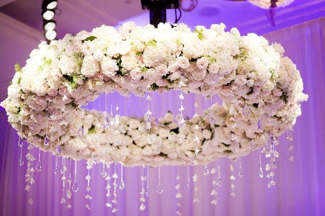 Оформлення стелі живими квітами