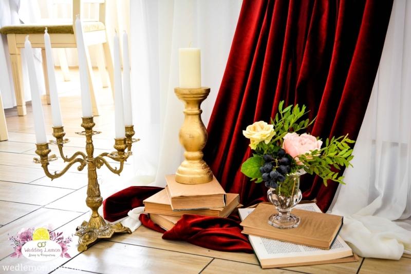 Книжки як декор на весілля