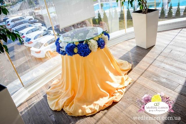 Столик для торту оформлений квітами