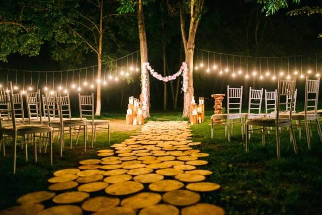 Церемонія шлюбу оформлено світлом