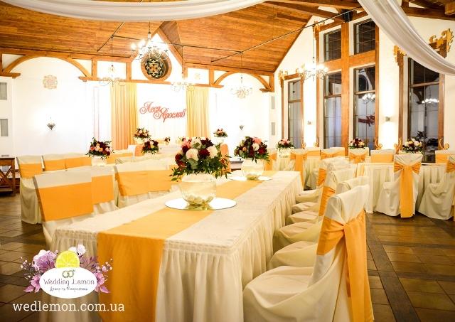 Червоні жоржини у весільній флористиці ресторан шпацер