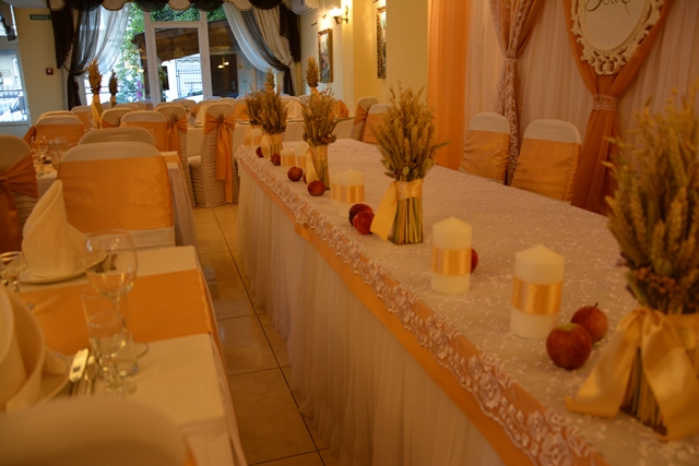Декор золотого весілля з колосками та яблуками
